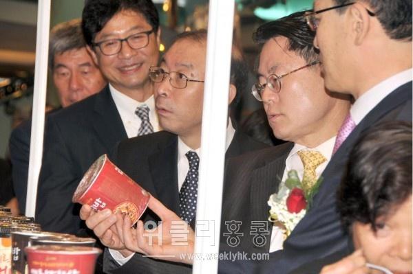 지난 22일, 홍함 왐포아 쇼핑몰에서 열린 K-Food Fair 에서 김구환 한인회장, 김범수 한인상공회장, 이헌 주홍콩부총영사 등과 함께 행사장을 둘러보고 있는 김재수 사장(오른쪽에서 두 번째_