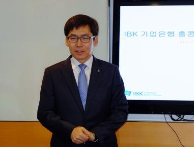▲ IBK기업은행 김형일 지점장이 은행 소개를 하고 있다.