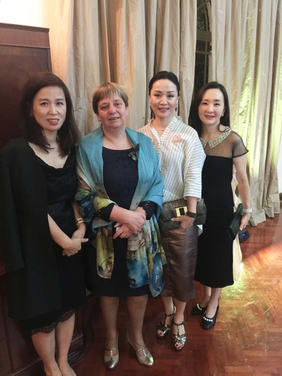 <주홍콩네덜란드 총영사(왼쪽에서 두 번째)와 홍콩한인여성회 임원들>