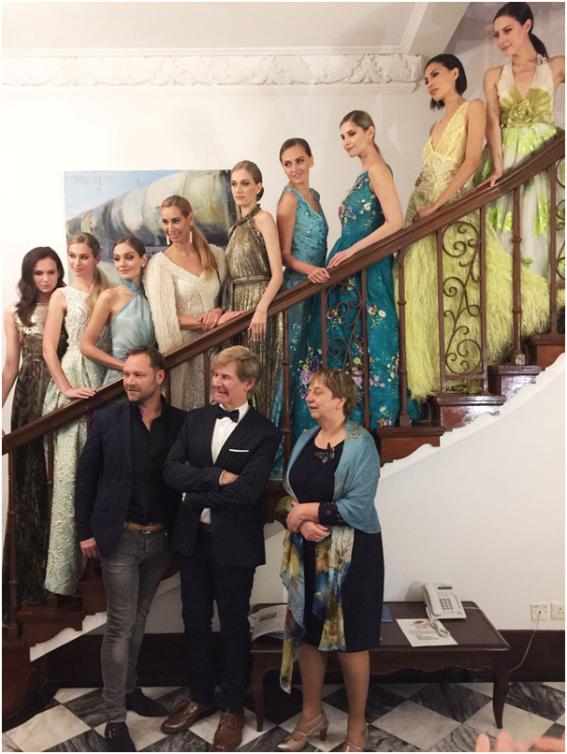 < 애디 반 덴 크로메낙커의 패션쇼를 마치고 기념쵤영를 하고 있는 모델과 디자이너 및 네델란드총영사>.