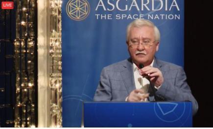 <홍콩에서 13일 열린 기자회견에서 아스가루디아(Asgardia) 프로젝트에 대해 설명하고 있는 이고르 아슈르베일리 박사>