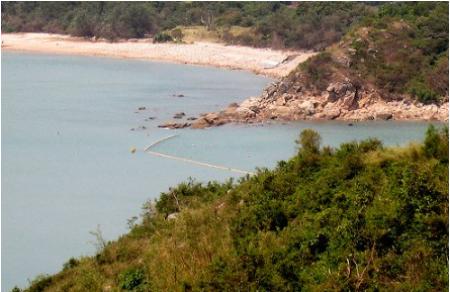 맑은푸른바닷물과하얀모래해변.