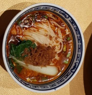 Dan Dan Noodles 언뜻보기에 김치국수같은 비주얼이다. 잘게 갈은 쇠고기와 야채가 어루어져 있다. 우리나라의 짬뽕같은 얼큰한 맛이다. (hkd 56)