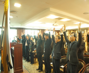 참석자 전원이 한마음 되어 3.1절 독립운동을 기리며 만세삼창을 부르고 있다.