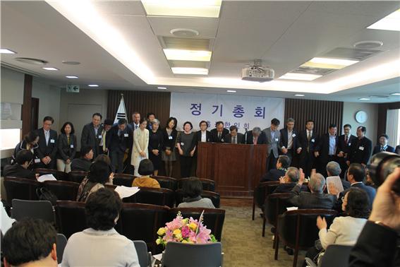 제 50대 홍콩한인회 임원들이 회원들에게 인사하고 있다.