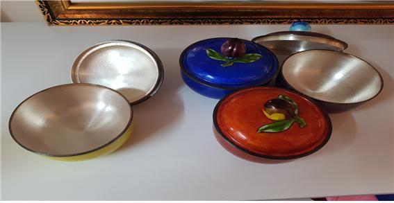 △ 작고 앙증맞은 작은 은제품 그릇들, 알록달록한 색깔로 입혔다. 어머니로부터  물려받아 소중한 그릇이란다.