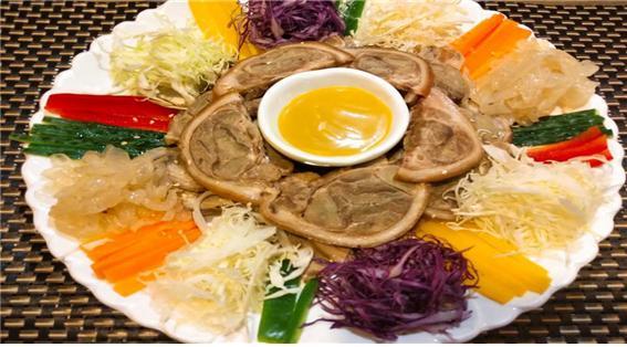 △ 냉채족발 : 여름철 보양식. 신선하고 아삭한 색깔별 야채들과 어울린 겨자소스의 매콤한 맛이다.  쫀득한 돼지고기의 식감이 입안 가득 묵직함으로 영양이 뚝뚝 떨어지는 듯하다.