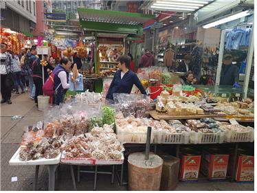 옛날 과자와 말린 과일들을 판매하고 있다.