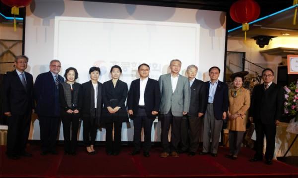 ▲한국국제학교 기부자들과 함께 기념촬영을 하고 있다.