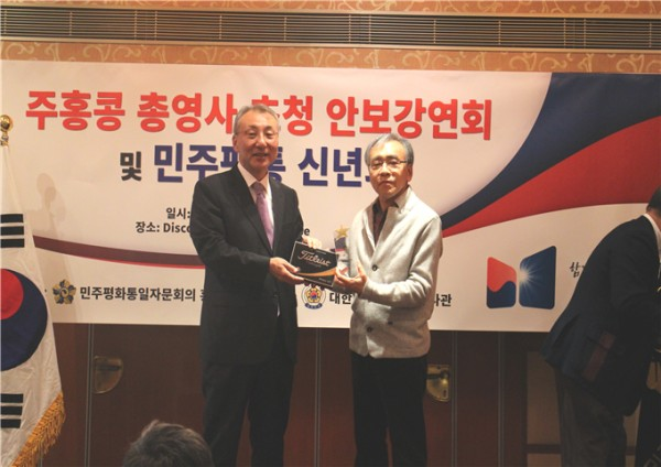 ▲김원진 총영사(사진왼쪽)와 민주평통 신년회 골프대회 1위, 강봉환 고문
