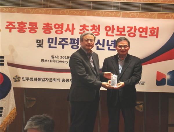 ▲홍콩한인회 김운영 회장(사진왼쪽)과 민주평통 신년회 골프대회 2위, 이순정 고문