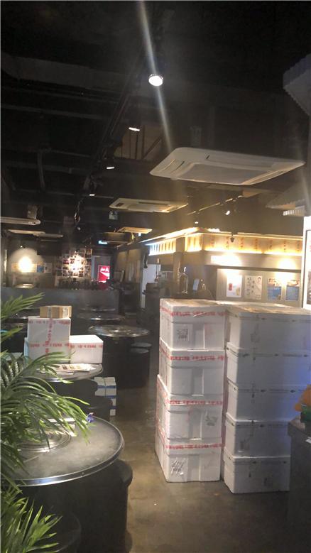 한국에서 직송된 활어가 담겨진 상자들이 실내로 배달되어지고 있다.