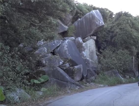 홍콩 섹오 비치 근처 Cape D'Aguilar로 가는 길에 만나 바위 학(鶴)의 입모양이라 '학입'으로 불려 지고 있다.