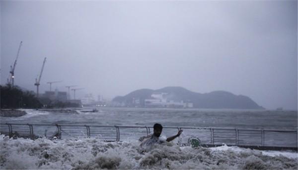 [태풍 망쿳 상륙 당시 한 시민이 바닷가의 한 시민이 불어난 물에 휩쓸려 가고 있다]