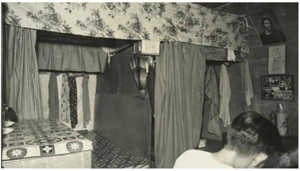 초기에는 한 집에 커튼을 치고 두 세 가구가 함께 거주했다고 한다.