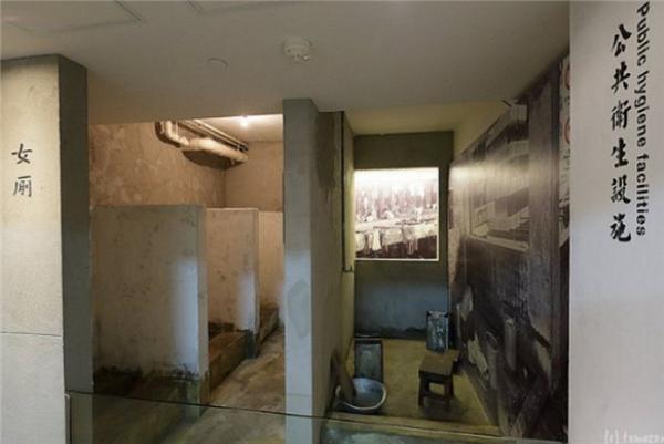 당시 화장실의 모습이 재현되어 있다.