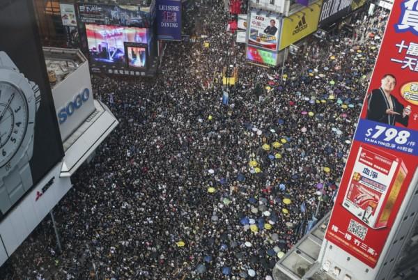 ▲ 지난 7 월 21 일, 코즈웨이 베이 (Causeway Bay) 소고백화점 주변에 시위자들이 몰려있다. (사진=scmp)