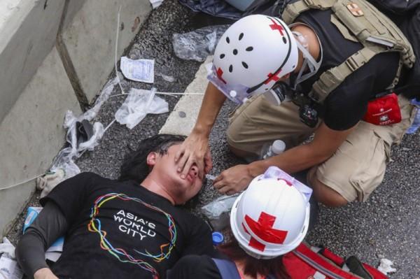 ▲ 지난 7월 1일, 경찰과 충돌 후, 부상당한 시위자가 응급처치를 받고 있다. (사진=scmp)