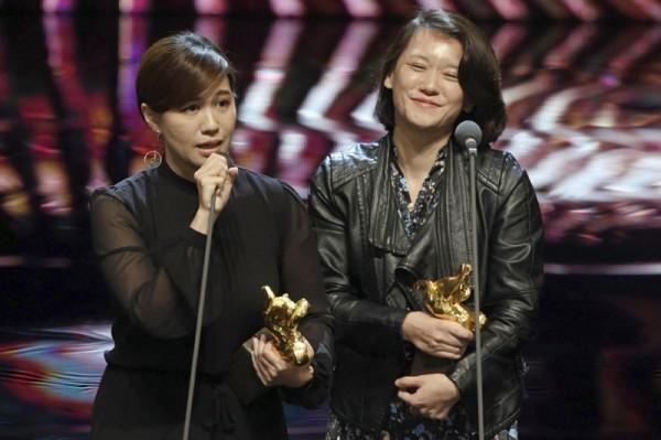 ▲ 대만의 다큐멘터리 감독 인 Fu Yue (왼쪽)는 프로듀서 홍팅이 (Hong Ting Yi)와 함께 작년에 골든 호스 어워드 (Golden Horse Awards) 수상 연설을 통해 '독립대만'에 대한지지를 표명했다. 홍콩 영화 제작자들이 보이콧에 합류했다. (사진=scmp)