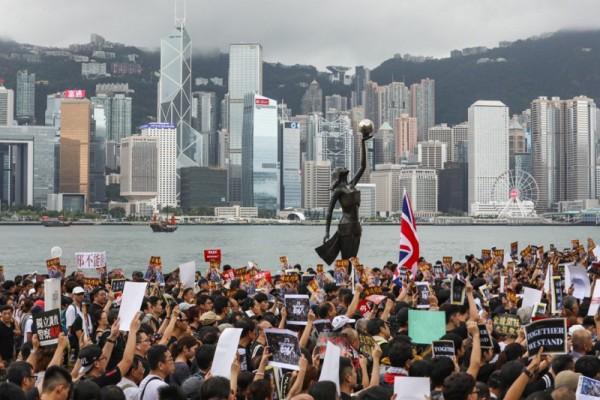 ▲ 홍콩의 인기 관광 명소 인 침사추이 스타거리에서 반정부 시위를 벌이고 있다. (사진=scmp)