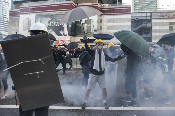 ▲ 어드미럴티 Harcourt Road에서 반정부 시위대와 경찰 간의 충돌 중 경찰이 최루가스를 발사했다. (사진=scmp)