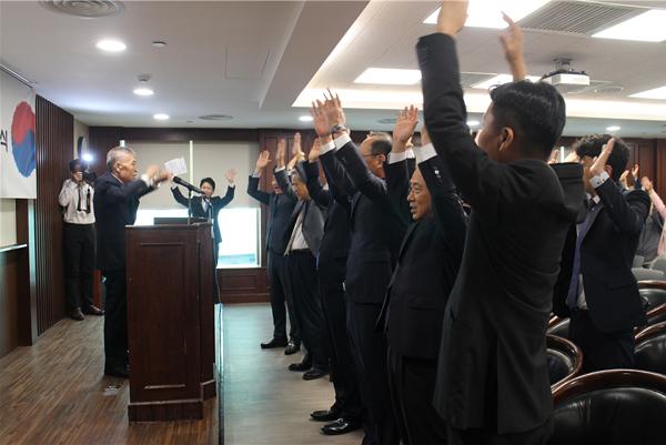 ▲ 홍콩한인회 이순정 고문의 선창으로 '다함께 만세삼창'이 총영사관 내에 울려 퍼졌다.