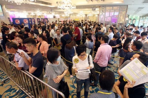 ▲ 춘완(Tsuen Wa)의 Billion Development & Project Management가 제공한 아파트 354채에 8,900명의 구매자가 등록했다. (사진=scmp)