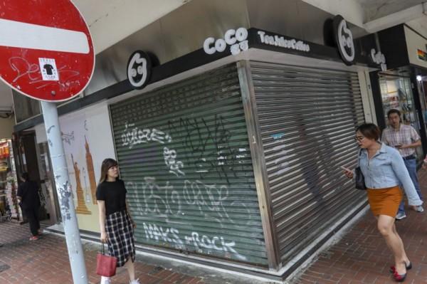 ▲ 사회불안이 홍콩경제를 하락으로 이끌고 있다. 주요 시위 지역인 완차이 지역의 식당들은 매출감소로 피해를 입고 있다. (사진=scmp)
