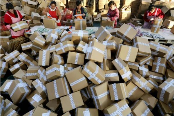 ▲ 중국 장수지역 온라인업체 직원들이 배달을 위한 포장작업을 하고 있다. (사진=scmp)
