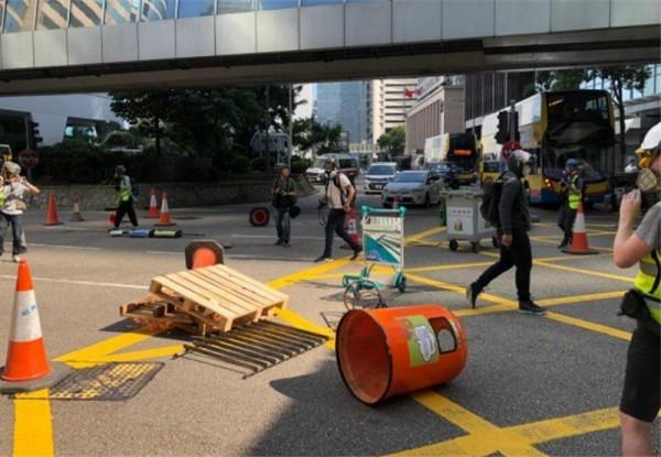 ▲ 반정부 시위대들이 장애물들로 센트럴(Central) 도로를 막고 있다. (사진=scmp)